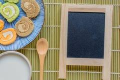 Tablero hermoso de madera de la leche del fondo de la comida del rollo del atasco de la torta del pan Imagen de archivo libre de regalías