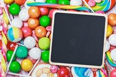 Tablero negro para escribir saludos en el caramelo Imagen de archivo