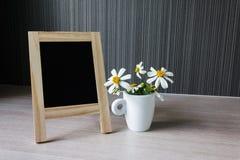 Tablero o muestra en blanco o vacío con la flor preciosa, pequeño flo blanco Imágenes de archivo libres de regalías