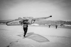 Tablero que lleva del Windsurfer en Tarifa, Andalucía, España Fotografía de archivo libre de regalías