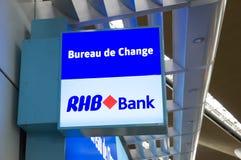 Tablero que muestra el banco de RHB en Kuala Lumpur International Airport Foto de archivo