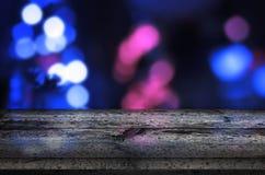 Tablero, tabla para la presentación del producto Luces azules de la ciudad del bokeh en fondo Imagen de archivo libre de regalías
