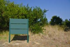 Tablero verde en hierba seca imagenes de archivo