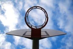 Tablero y aro del baloncesto en un fondo urbano Imagen de archivo