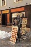 Tablero y caballero del menú del café de la calle en la ciudad vieja, Bratislava Fotos de archivo
