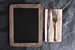 Tablero y cubiertos en blanco del menú Fotografía de archivo libre de regalías