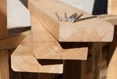 Tableros con los clavos en un emplazamiento de la obra Foto de archivo libre de regalías
