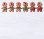 Tableros de madera blancos con las galletas de la Navidad en la frontera superior Fotos de archivo libres de regalías