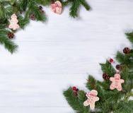 Tableros de madera blancos rústicos con las decoraciones de la Navidad en esquinas Foto de archivo