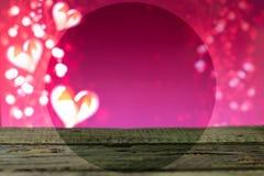 Tableros de madera con los corazones para el día del ` s de la tarjeta del día de San Valentín Foto de archivo libre de regalías