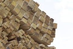 Tableros de madera y barras aserrados en un paquete en la acción Fotografía de archivo