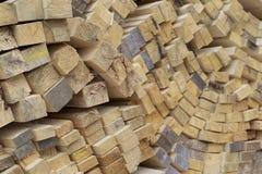 Tableros de madera y barras aserrados en un paquete en la acción Imagen de archivo libre de regalías