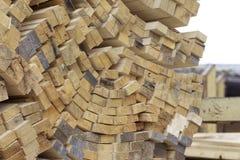 Tableros de madera y barras aserrados en un paquete en la acción Foto de archivo