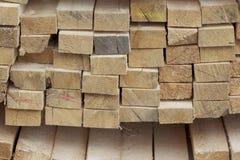 Tableros de madera y barras aserrados en un paquete en la acción Foto de archivo libre de regalías