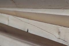 Tableros de madera y barras aserrados en un paquete en la acción Imagenes de archivo