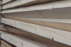 Tableros de madera y barras aserrados en un paquete en la acción Imagen de archivo