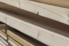 Tableros de madera y barras aserrados en un paquete en la acción Fotos de archivo