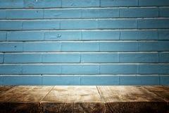 Tableros de madera y fondo oscuro azul foto de archivo
