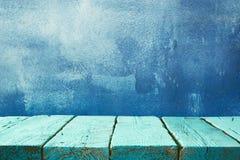 Tableros de madera y fondo oscuro azul imagenes de archivo