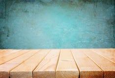Tableros de madera y fondo oscuro azul fotos de archivo libres de regalías