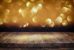 Tableros de madera y fondo oscuro de las luces del bokeh del brillo fotografía de archivo libre de regalías
