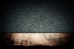 Tableros de madera y fondo oscuro de la pared Para la presentación del producto imagen de archivo