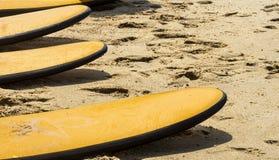 Tableros de reclinación en la playa imagenes de archivo