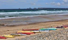 Tableros de resaca en una playa en Bretaña, Francia Foto de archivo
