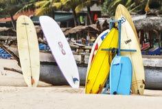 Tableros de resaca en una playa en Sri Lanka fotos de archivo libres de regalías