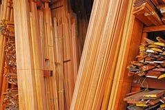 Tableros que bordean, moldeados del arquitrabe y marcos de madera Imagen de archivo