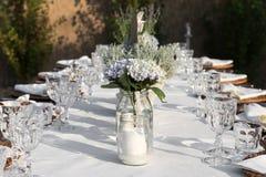 Tables étendues pour le dîner de gala image stock