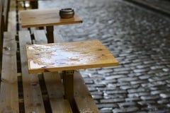 Tables basses vides sous la pluie Photo libre de droits