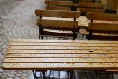 Tables basses vides sous la pluie Photos stock