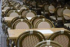 Tables basses vides sous la pluie Image libre de droits