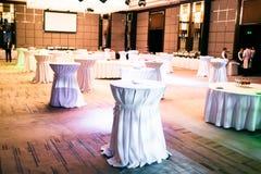 Tables bien décorées sur le dîner de buffet Photographie stock libre de droits