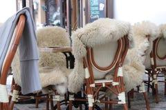 Tables confortables sur la terrasse extérieure dans le café photo libre de droits
