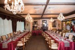 Tables d'Estaraunt avec la nappe rouge Photo libre de droits