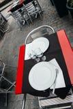 Tables de café dans la ville française de Lyon, France Image libre de droits