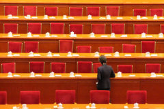Tables de clairière de personnel de service après la session du parlement de la Chine Photographie stock libre de droits