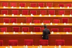 Tables de clairière de personnel de service après la session du parlement de la Chine Photographie stock libre de droits