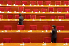 Tables de clairière de personnel de service après la session du parlement de la Chine Photographie stock