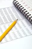 Tables de crayon et de données images stock
