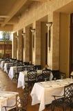 Tables de dîner de café de promenade latérale image libre de droits