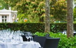 Tables de dîner sur la terrasse du restaurant 1 d'étoile images libres de droits