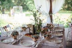 Tables de mariage de décoration dans extérieur Photographie stock libre de droits