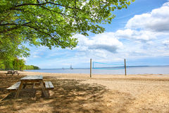Tables de pique-nique à la plage Photographie stock libre de droits