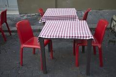 Tables de restaurant dans la rue photo libre de droits