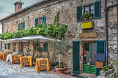 Tables de restaurant dans Moteriggioni Image stock