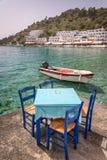 Tables de restaurant par la mer dans le village scénique de Loutro en Crète Grèce Image stock