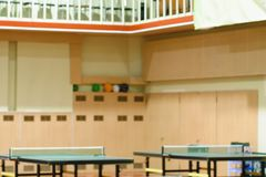 Tables de tennis dans le gymnase Images stock